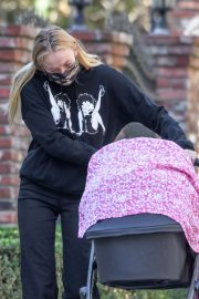 Sophie Turner and Joe Jonas Out with Their Daughter Willa Jonas in Los Angeles 11/24/2020 5