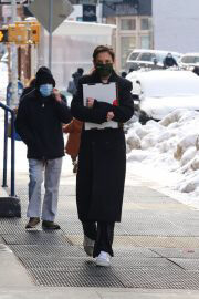 Katie Holmes in Black Over Coat Out for Lunch in New York 02/11/2021 3