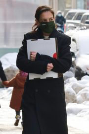 Katie Holmes in Black Over Coat Out for Lunch in New York 02/11/2021 5