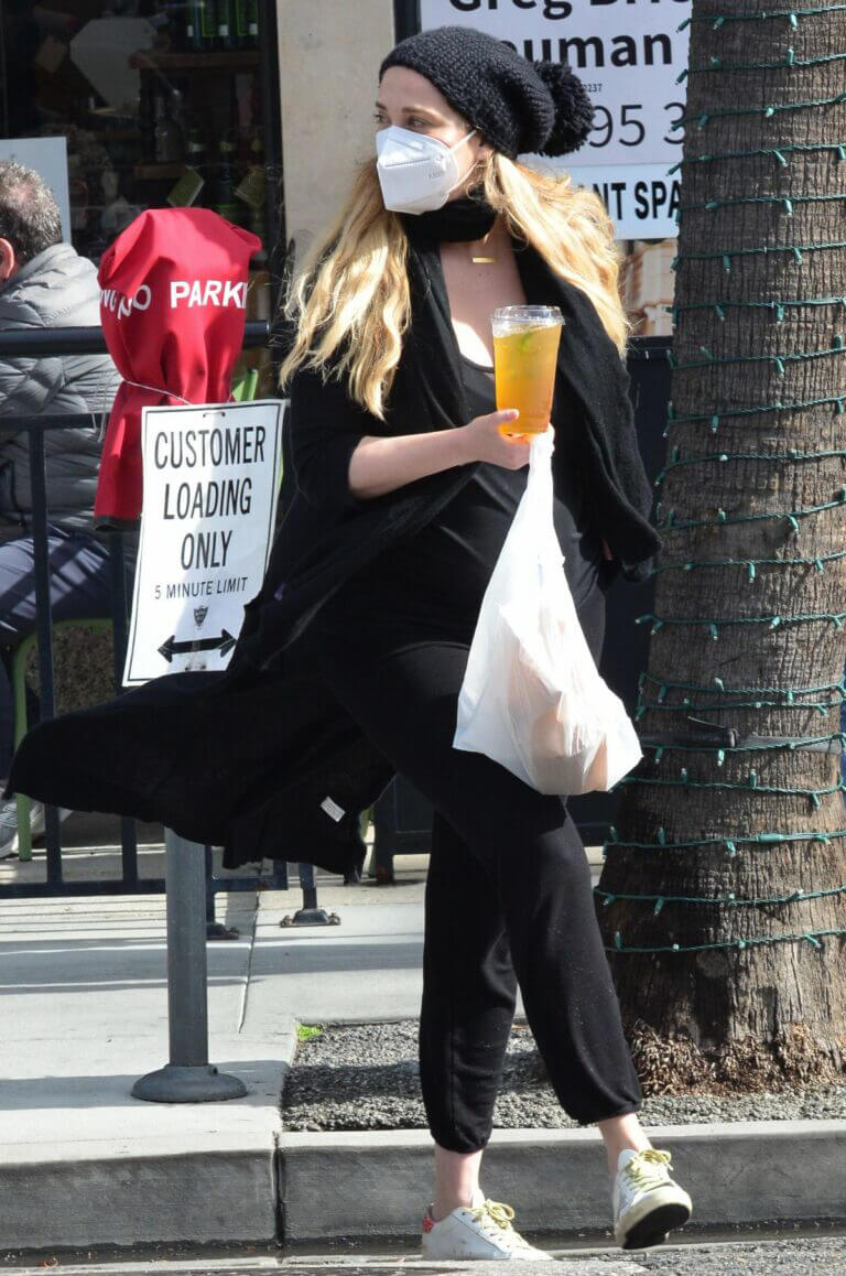Elizabeth Berkley in Black Outfit Out and About in Beverly Hills 03/10/2021 6