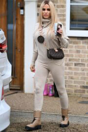Katie Price Looks Effortlessly Chic as She Leaves Her Home in London 03/08/2021 5