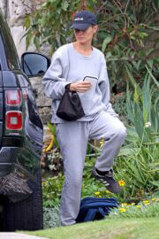 Lara Bingle in Comfy Outfit Out in Sydney 02/25/2021 5