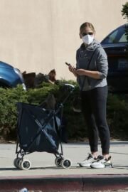 Sarah Michelle Gellar Spotted at a Farmers Market in Brentwood 03/21/2021 6