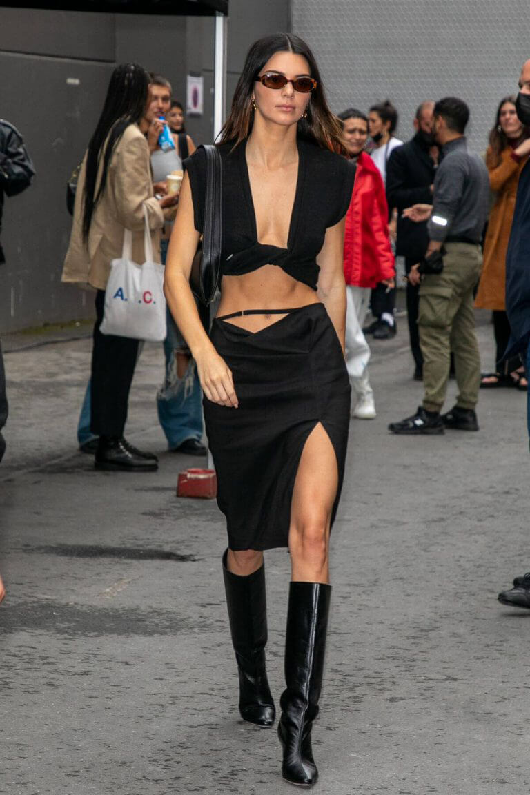 Kendall Jenner flashes her toned abs leaves at Paris Fashion Week 06/30/2021 7