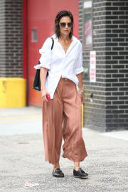 Katie Holmes in White Shirt and Brown Palazzo Out and About in New York 08/03/2021 4