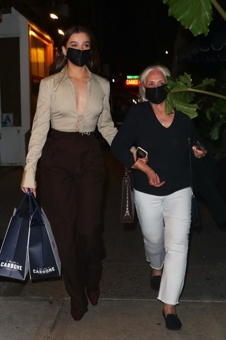 Hailee Steinfeld Seen with Her Grandmother in New York 09/14/2021 4